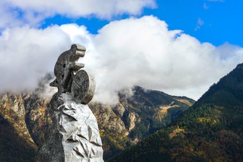 Asfull skulptur av cyklisten på bakgrund för blå himmel Turnera de Fran arkivbild
