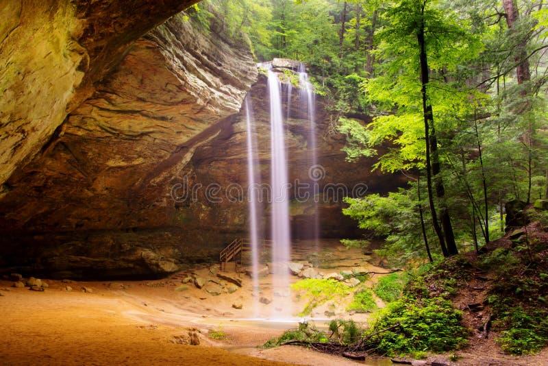 Ash Cave au printemps avec la cascade photographie stock libre de droits