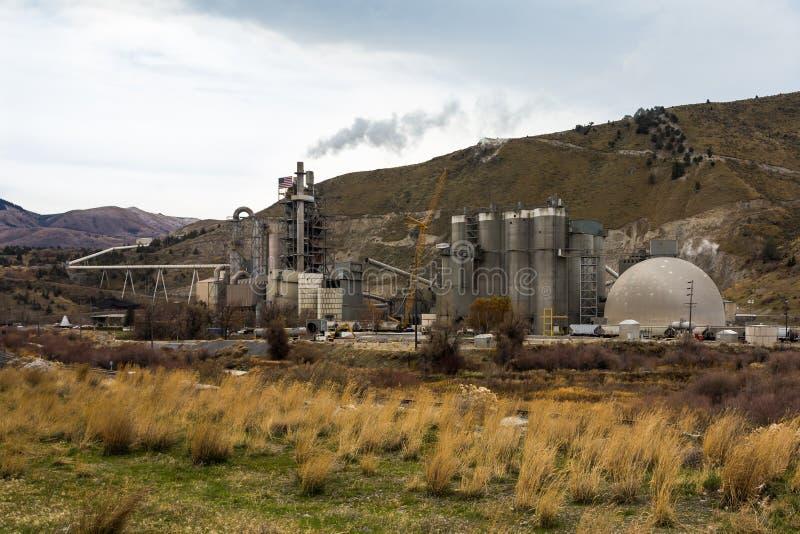 Ash Grove Cement Plant em Oregon oriental fotografia de stock royalty free