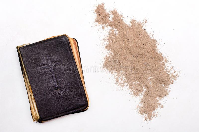 Ash Wednesday Oude Bijbel, Kruis en as op witte achtergrond stock foto
