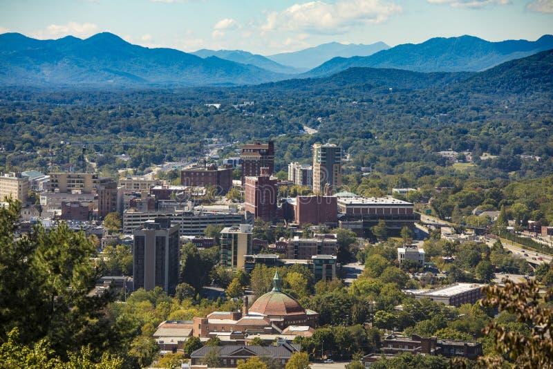 Asheville do centro, North Carolina e Ridge Mountains azul fotografia de stock