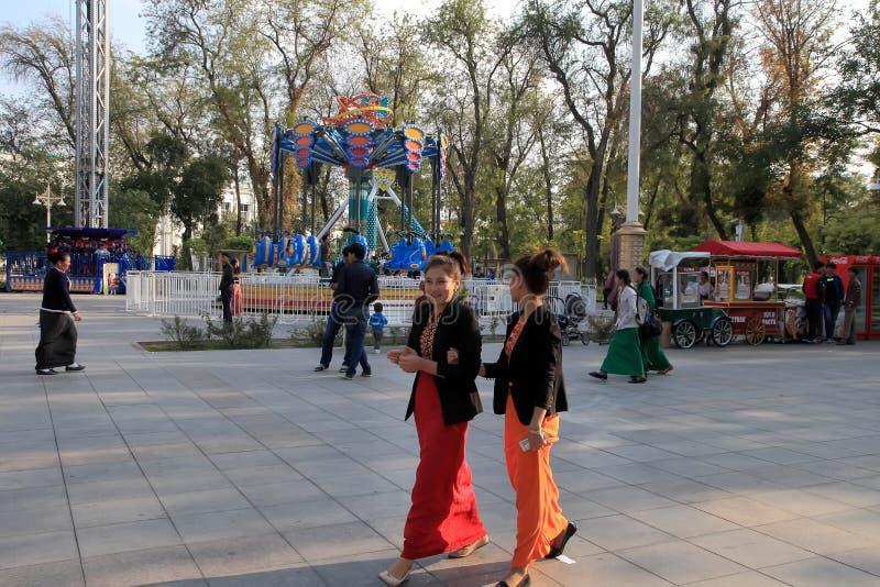 Ashgabad,土库曼斯坦-双十国庆, 2014年 两未认出的youn 库存照片