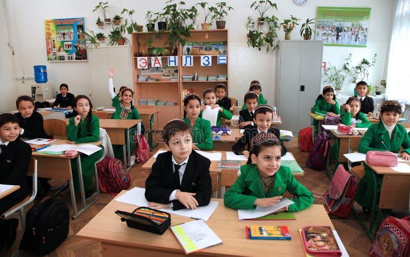 Ashgabad,土库曼斯坦- 2014年11月4日 小组教训的学生在教室 2014年11月4日 库存照片