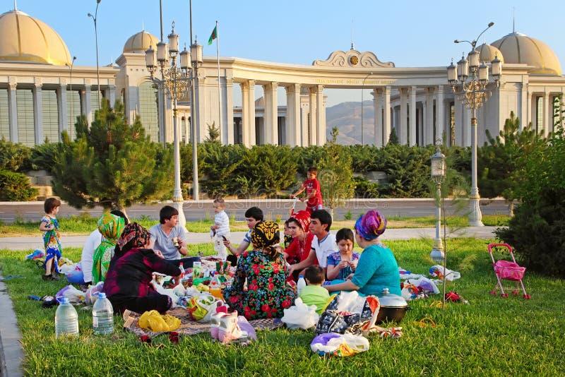 Ashgabad, Туркменистан - 1-ое августа 2014 Счастливый большой пикник семьи стоковая фотография
