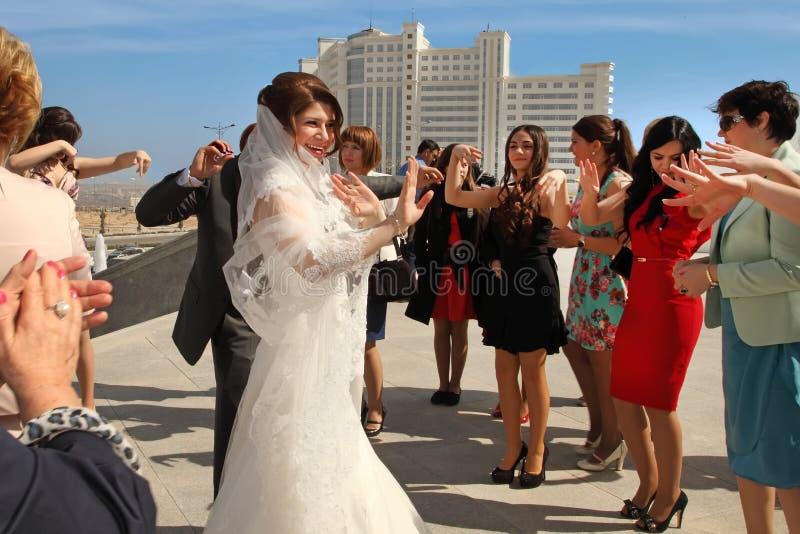 Ashgabad Turkmenistan - Maj 15, 2013 Brud- och brudgumdancien arkivfoto