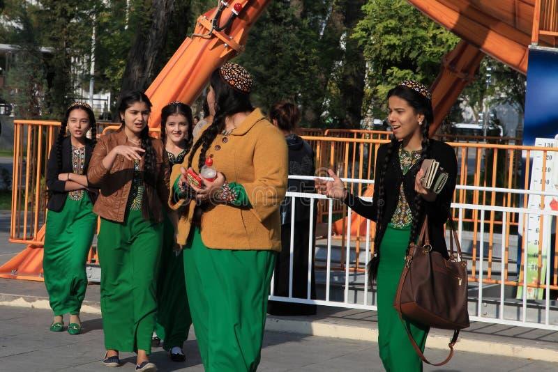 Ashgabad Turkmenistan - Oktober 10, 2014 Oidentifierad schoolgi arkivbilder