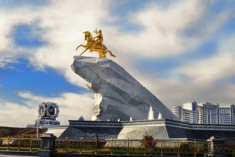 Ashgabat, Τουρκμενιστάν - 20 Οκτωβρίου 2015 Μνημείο στον Πρόεδρο στοκ εικόνα