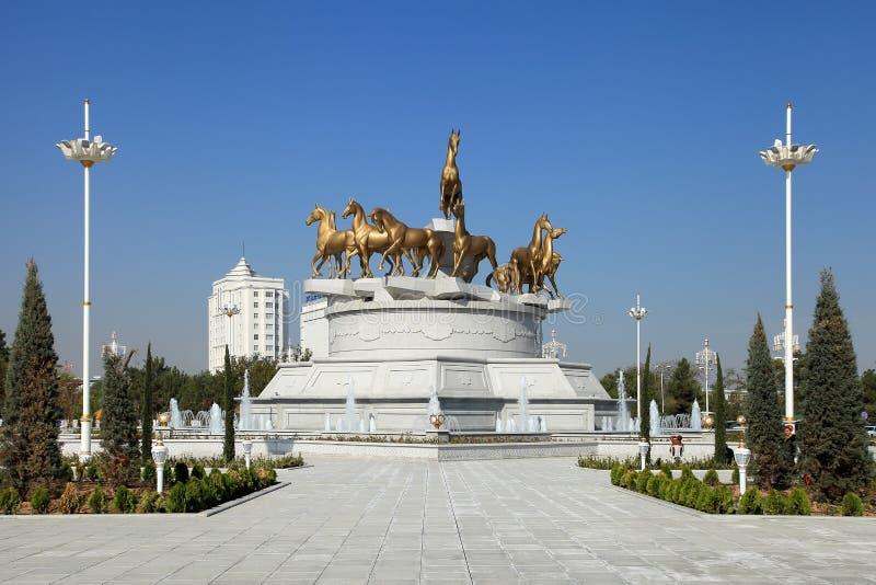 Ashgabat Turkmenistan - Oktober, 10 2014: Skulptural compositio arkivbild