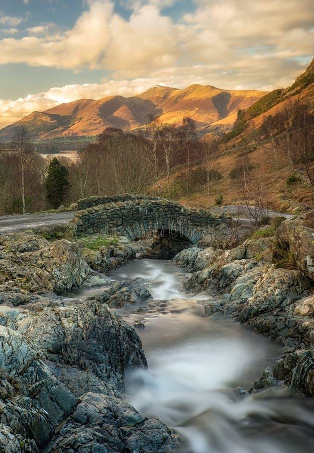Ashness与金黄光的桥梁晚上在Skiddaw 库存照片