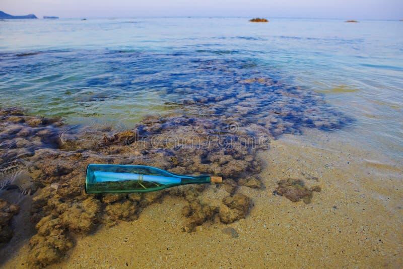 ashore разлейте помытое сообщение по бутылкам стоковое фото rf