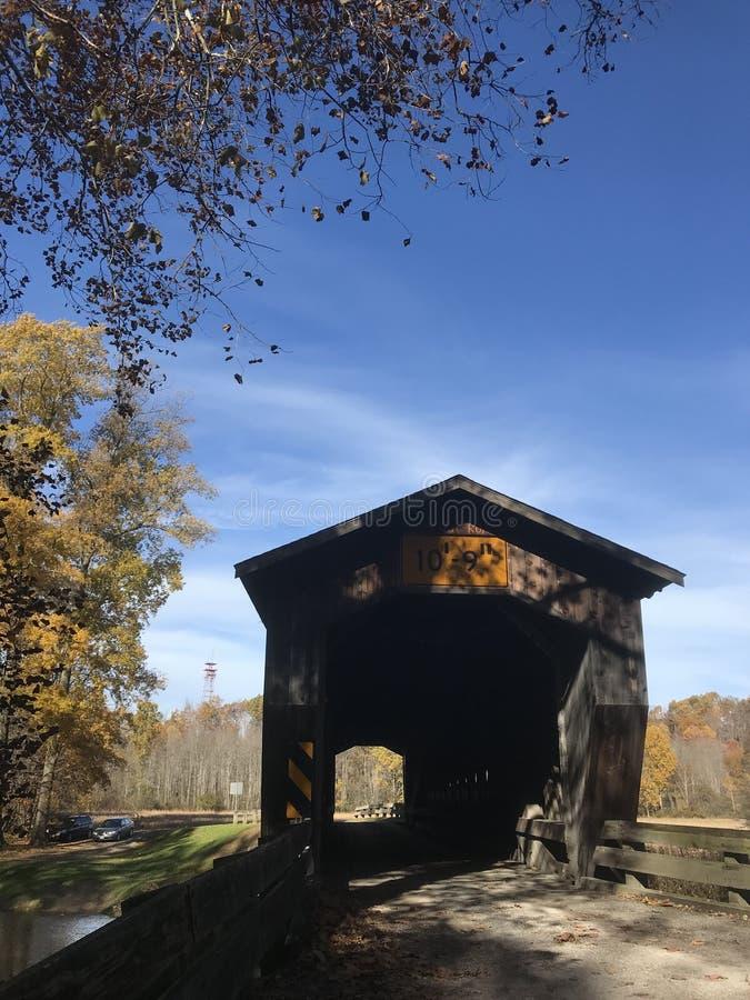 Ashtabula Ohio är välkänd för dess lantliga berömda dolda broar - royaltyfri bild