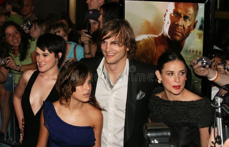 Ashton Kutcher och Demi Moore och Rumer & Tallulah arkivfoto