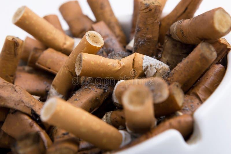 ashtray τα τσιγάρα κλείνουν επάν στοκ εικόνες