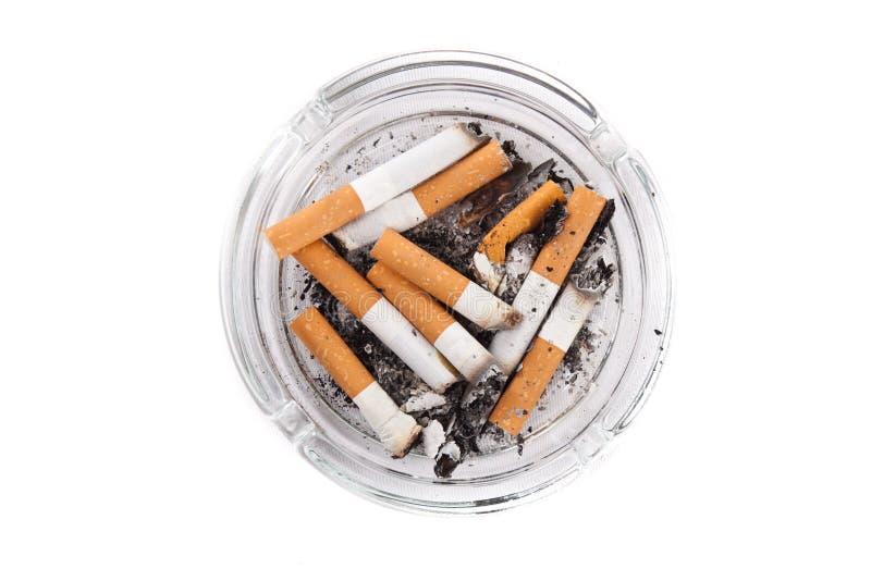 ashtray τα τσιγάρα κλείνουν το σύνολο επάνω στοκ φωτογραφία με δικαίωμα ελεύθερης χρήσης