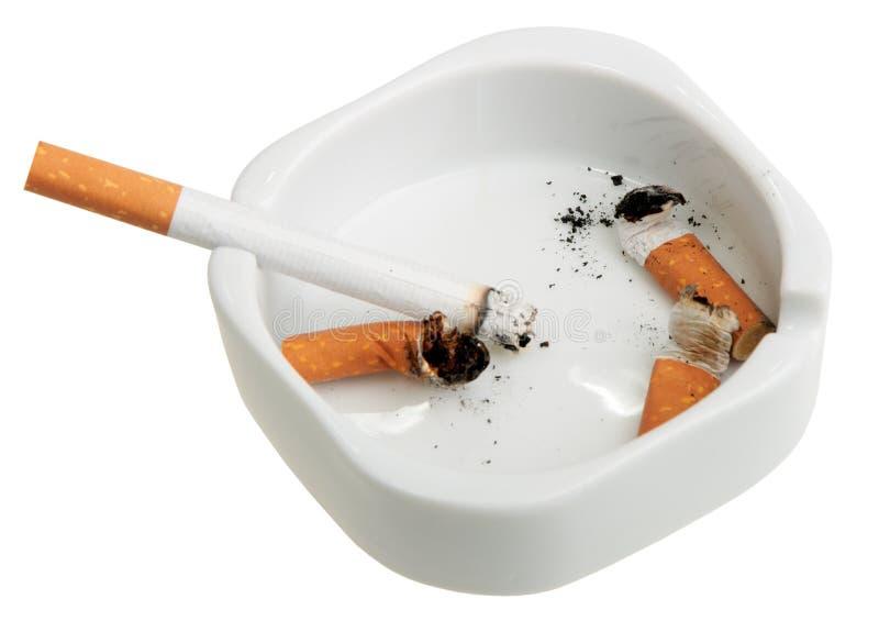 ashtray χτυπά το λευκό καπνίσματ στοκ εικόνα