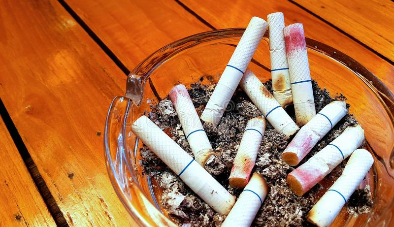 Ashtray и забоданные вне сигареты с губной помадой стоковая фотография