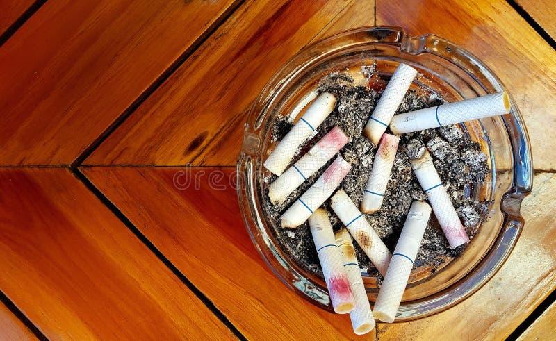 Ashtray и забоданные вне сигареты с губной помадой стоковое фото rf