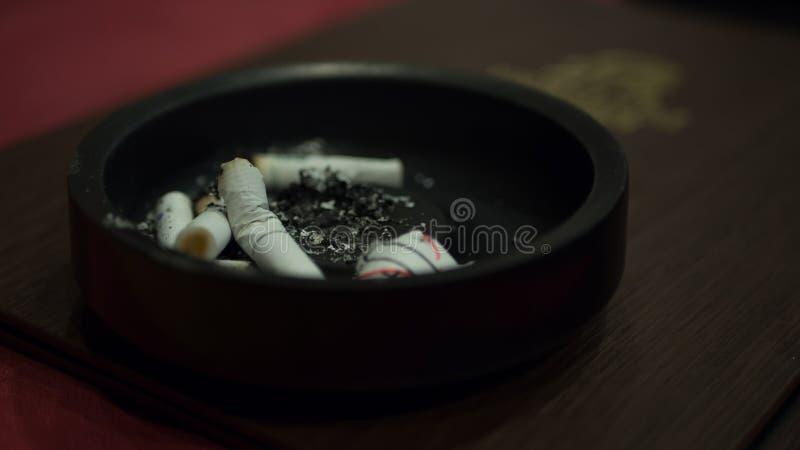 Ashtray сигареты в ресторане стоковые фото
