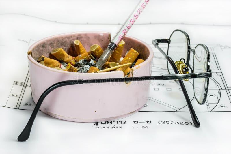 Ashtray, шприц и стекла на светокопии стоковая фотография rf