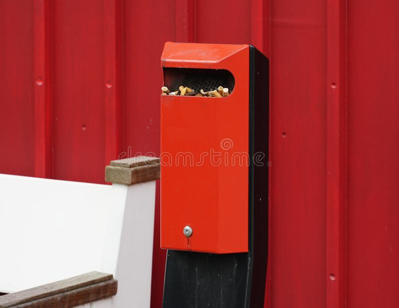 Ashtray med cigaretter arkivfoto