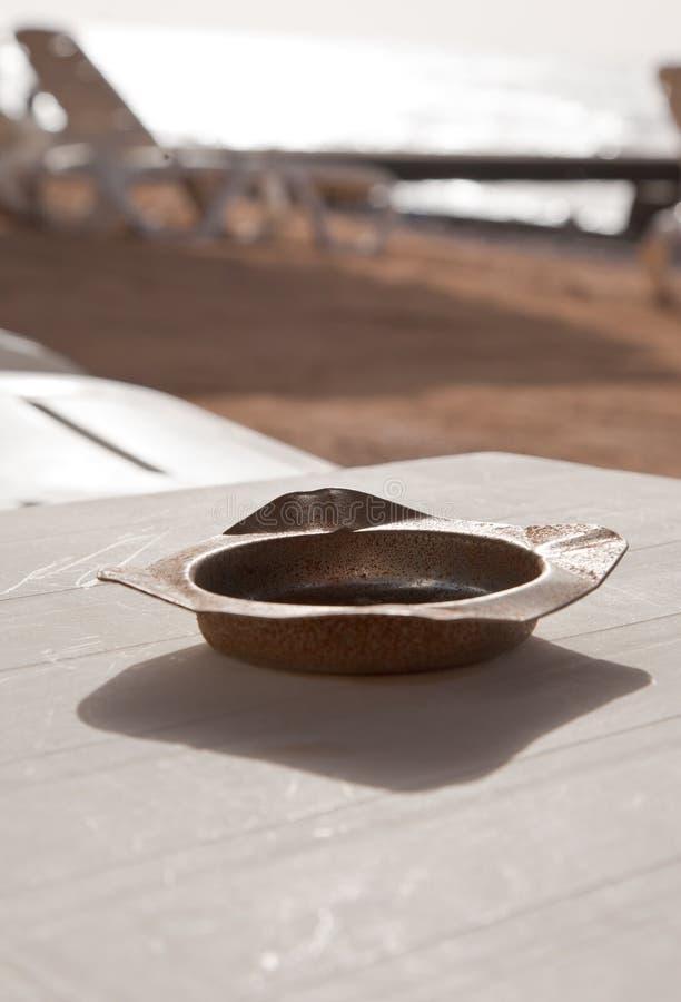 ashtray plażowego starego read ośniedziały morze zdjęcia royalty free