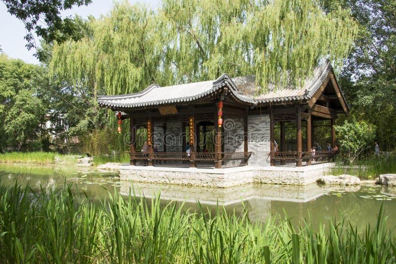 Asiático China, Pekín, pabellón arquitectónico de ŒWaterside del ¼ del landscapeï del jardín antiguo chino imágenes de archivo libres de regalías