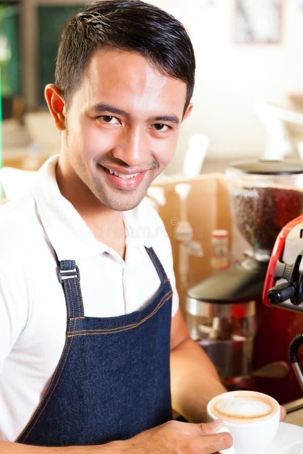 Asiático Coffeeshop - o barista apresenta o café fotografia de stock royalty free