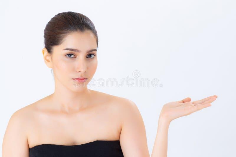 Asiático da exibição bonita da jovem mulher do retrato com a pele limpa saudável que apresenta a algo o espaço vazio da cópia fotos de stock royalty free