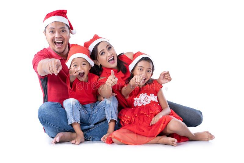 Asiático de la familia de la Navidad que señala a la cámara imágenes de archivo libres de regalías