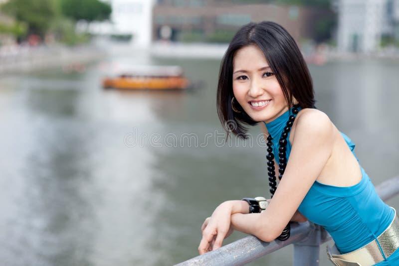 Asiático hermoso en el río de Singapur foto de archivo