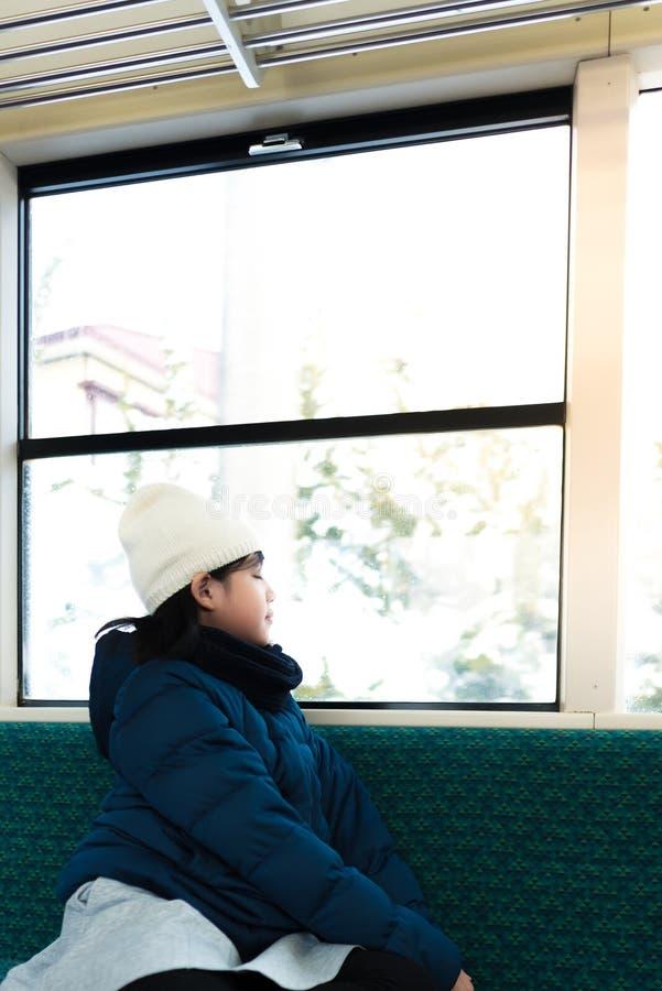 Asiático lindo en el tren imagen de archivo