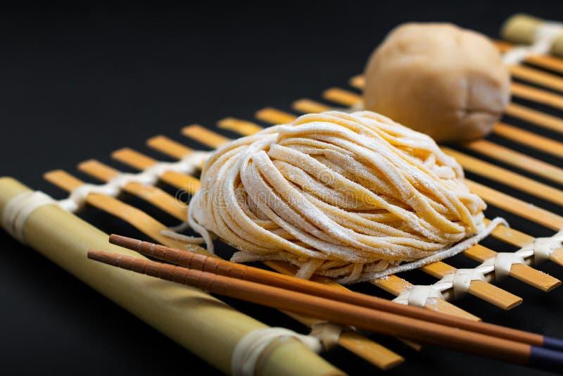 Asiático oriental caseiro cru fresco do alimento, macarronetes de ovo chineses pelo foto de stock royalty free