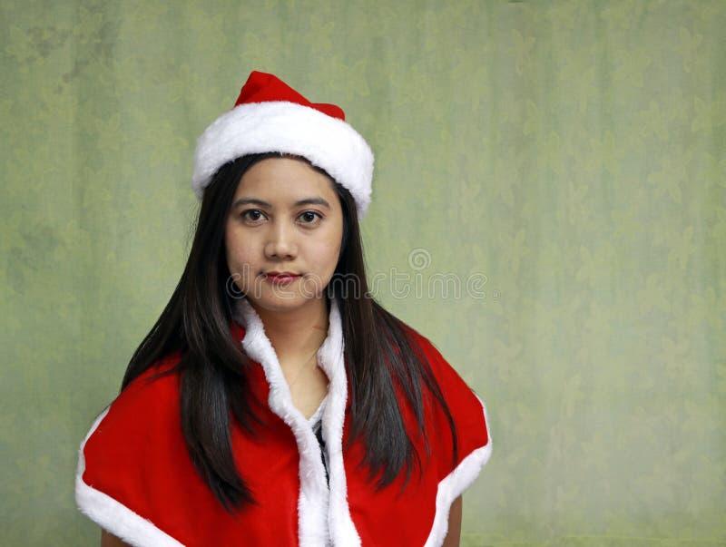 Asiático Santa Girl Dress Up na luz - fundo verde fotos de stock royalty free
