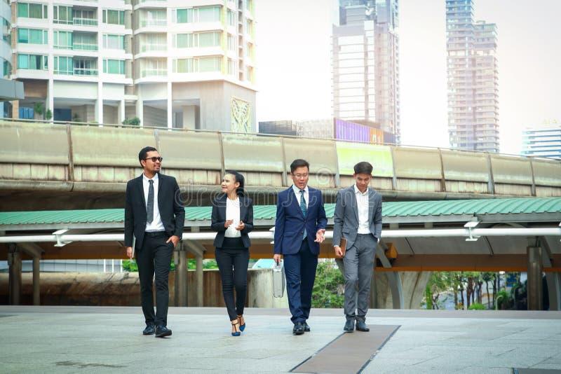 In Asia 4 imprenditori discutono lavoro e investimenti fotografia stock