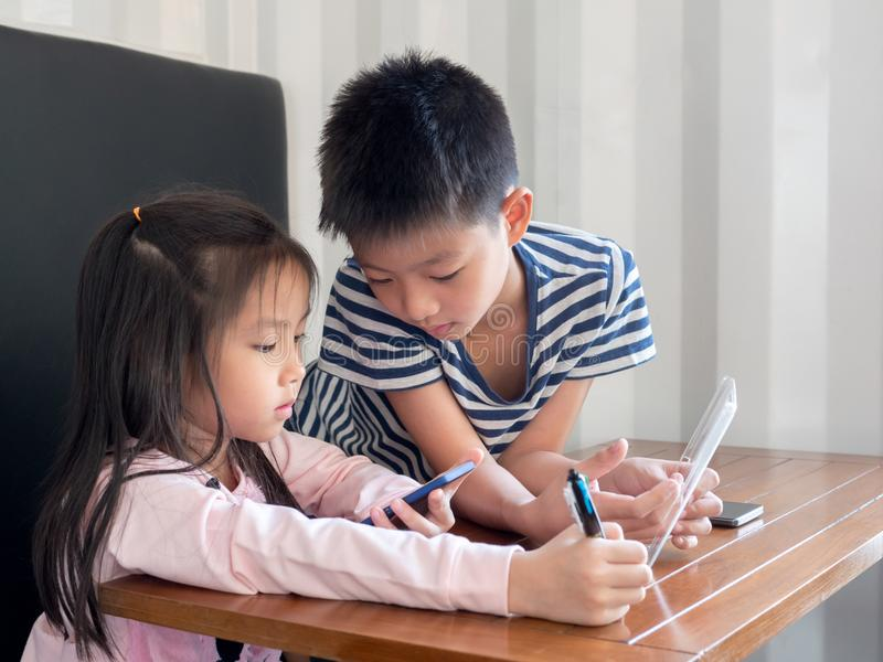 Asia pretty little girl and handsome boy play stock images