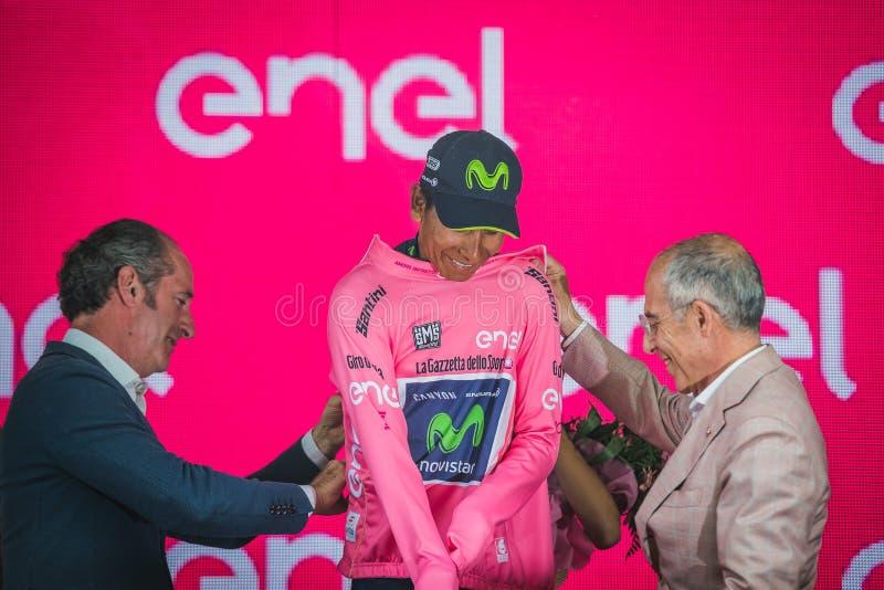 Asiago, Itália 27 de maio de 2017: Equipe de Nairo Quintana Movistar, no jérsei cor-de-rosa do melhor cavaleiro, no pódio imagem de stock royalty free