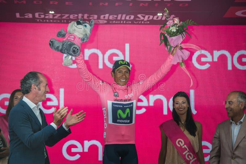 Asiago, Itália 27 de maio de 2017: Equipe de Nairo Quintana Movistar, no jérsei cor-de-rosa do melhor cavaleiro, no pódio fotografia de stock