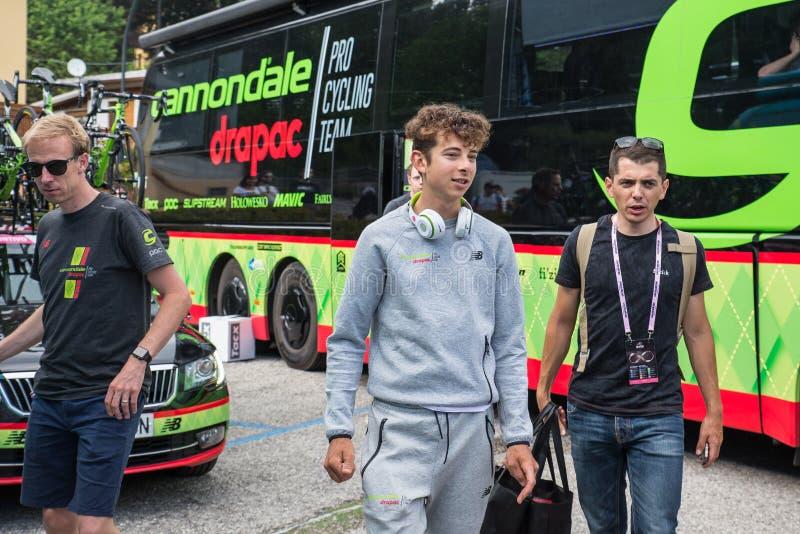 Asiago, Itália 27 de maio de 2017: Formolo Davide, equipe de Cannondale, encontrou seus fãs após uma fase resistente da montanha fotografia de stock royalty free