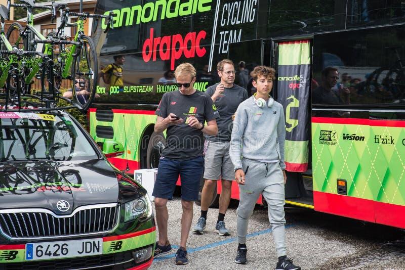 Asiago, Itália 27 de maio de 2017: Formolo Davide, equipe de Cannondale, encontrou seus fãs após uma fase resistente da montanha fotos de stock royalty free