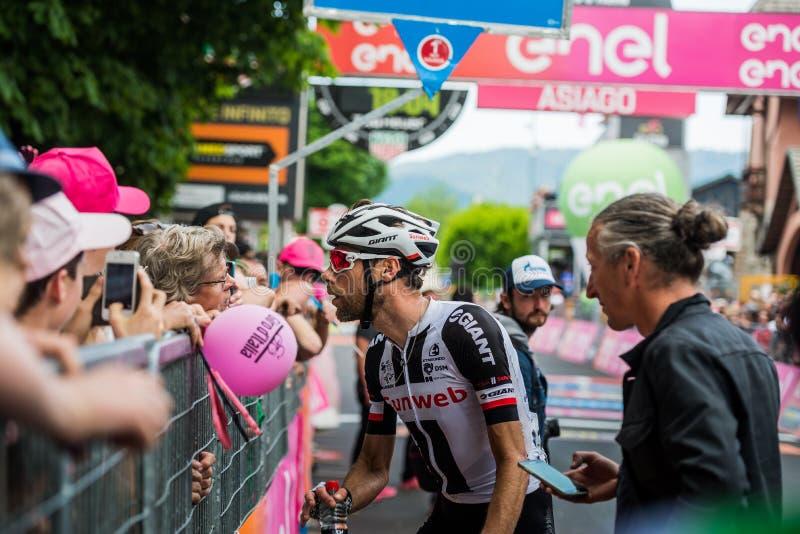 Asiago, Italien am 27. Mai 2017: Das Berufsradfahren, Sunweb-Team, traf seine Fans lizenzfreie stockbilder