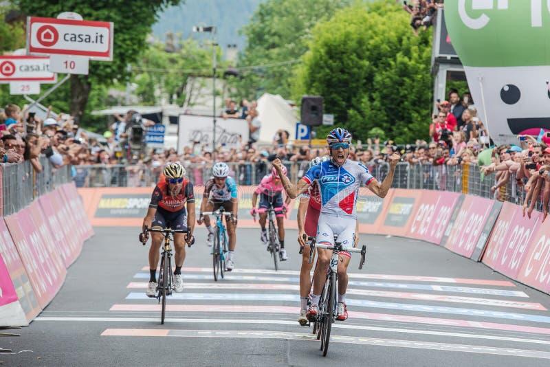 Asiago, Italien am 27. Mai 2017: Thibaut Pinot leitet die Ziellinie weiter und gewinnt eine starke Bergetappe lizenzfreie stockfotos