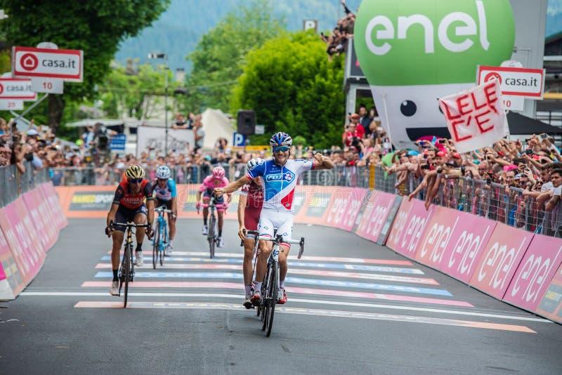 Asiago, Italien am 27. Mai 2017: Thibaut Pinot leitet die Ziellinie weiter und gewinnt eine starke Bergetappe stockbild