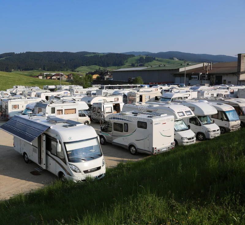 Asiago, VI, Italia - 27 de mayo de 2017: campistas en el estacionamiento a popa fotografía de archivo