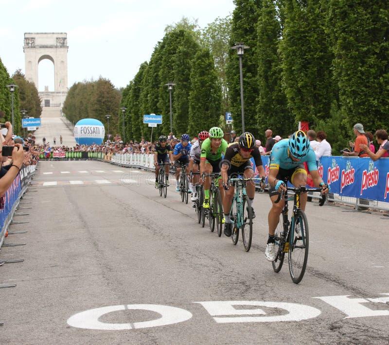 Asiago, VI Włochy, Maj, - 27, 2017: Cykliści podczas kolarstwo akademii królewskich zdjęcia royalty free