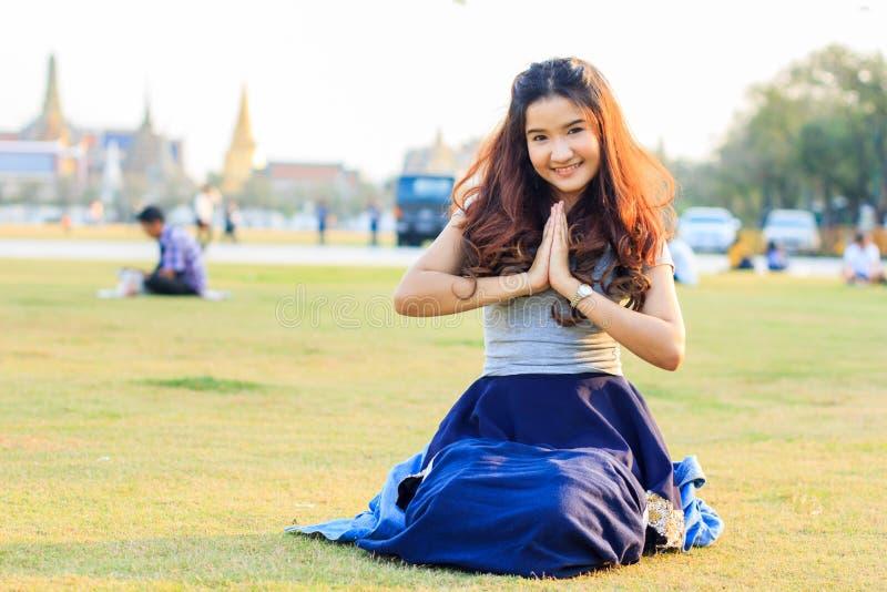 Asian bonito com expressão bem-vinda imagens de stock royalty free