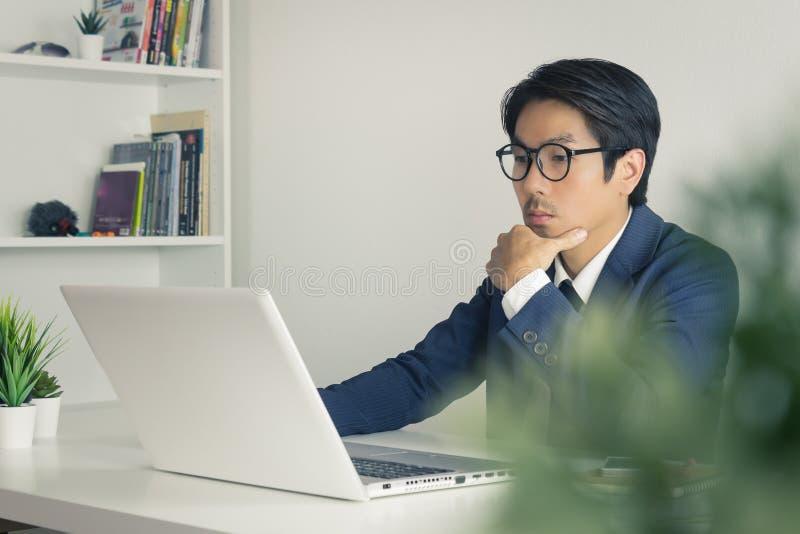 Asian Financial Advisor of Asian Consulting BusinessAnalyse van financiële informatie in Vintage Tone stock foto