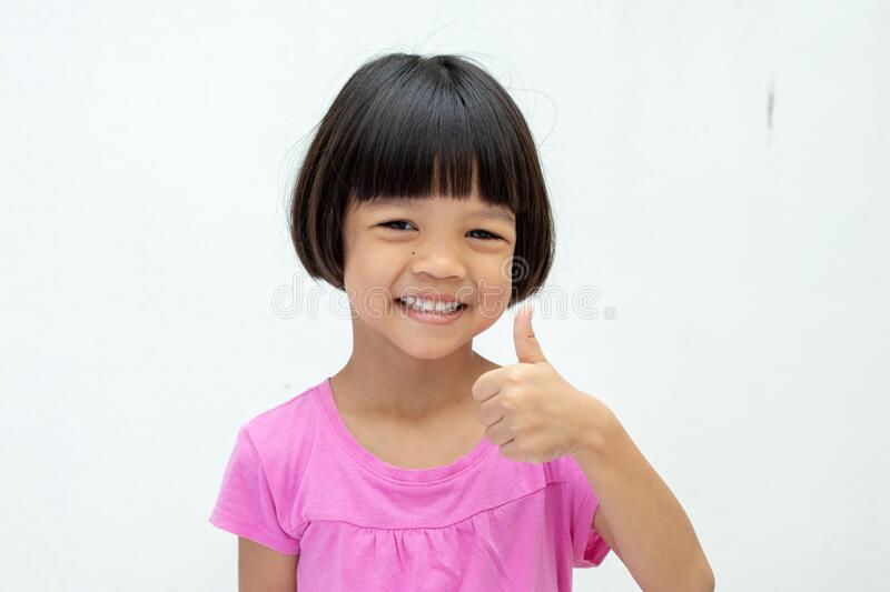 https://thumbs.dreamstime.com/b/asian-kid-girl-aged-to-years-old-short-hair-cute-face-smiling-smile-wear-pink-shirt-raises-right-hand-asian-kid-200982158.jpg