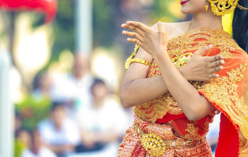 Asian Thai Female habille la robe traditionnelle vintage et danse avec le style de danse thaïlandaise en plein air dans l'événe photo libre de droits