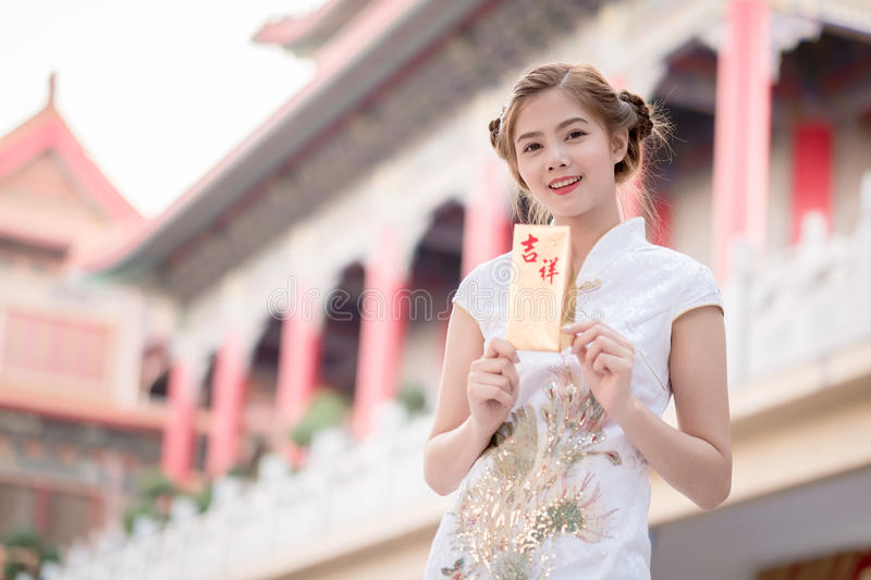 THE Asian woman in chinese dress holding couplet 'Happy' (Chine stock photos