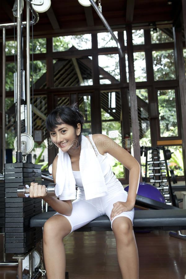 Asian Woman Lifhting Weights In Gym Royalty Free Stock Images